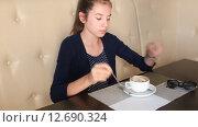Девочка добавляет сахар в кофе. Стоковое видео, видеограф Анна Балалаева / Фотобанк Лори