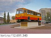 Купить «Памятник автобусу ЛиАЗ-677 в Ликино-Дулёво», фото № 12691340, снято 12 сентября 2015 г. (c) Павел Москаленко / Фотобанк Лори