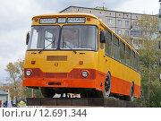 Купить «Памятник автобусу ЛиАЗ-677 в Ликино-Дулёво», фото № 12691344, снято 13 сентября 2015 г. (c) Павел Москаленко / Фотобанк Лори