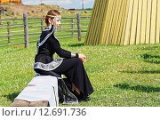 Купить «Девушка в якутской национальной одежде», фото № 12691736, снято 21 июня 2015 г. (c) Роман Фомин / Фотобанк Лори