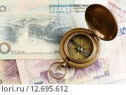 Старинный компас и китайские юани. Стоковое фото, фотограф Анна Зеленская / Фотобанк Лори