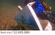 Купить «Подводный художник Юрий Адексеев рисует картину под водой в озере Байкал», видеоролик № 12695880, снято 5 сентября 2014 г. (c) Некрасов Андрей / Фотобанк Лори