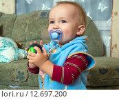 Купить «Мальчик (1 год и 3 месяца) с соской улыбается», эксклюзивное фото № 12697200, снято 7 сентября 2015 г. (c) Вячеслав Палес / Фотобанк Лори