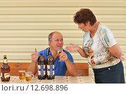 Купить «Жена ругает мужа за пьянство», эксклюзивное фото № 12698896, снято 29 августа 2015 г. (c) Юрий Морозов / Фотобанк Лори