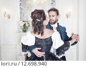 Купить «Мужчина и женщина в средневековой одежде», фото № 12698940, снято 23 августа 2015 г. (c) Darkbird77 / Фотобанк Лори
