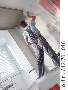 Рабочий штукатурит стену. Стоковое фото, фотограф Matej Kastelic / Фотобанк Лори