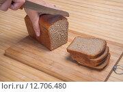 Купить «Резка Дарницкого хлеба на разделочной доске», фото № 12706480, снято 13 сентября 2015 г. (c) Алёшина Оксана / Фотобанк Лори