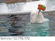 Белуха держит букет цветов (2011 год). Редакционное фото, фотограф Юлия Цигун / Фотобанк Лори