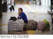Купить «Волгоград. Молодая цыганка с вещами на железнодорожном вокзале», эксклюзивное фото № 12722820, снято 8 мая 2015 г. (c) Дмитрий Нейман / Фотобанк Лори
