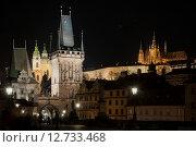 Ночной вид на Мостовую башню Карлова моста в Праге (2015 год). Стоковое фото, фотограф Сластникова Татьяна / Фотобанк Лори