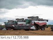 Купить «Сельхоз техника в поле», эксклюзивное фото № 12735988, снято 20 августа 2015 г. (c) Иван Карпов / Фотобанк Лори