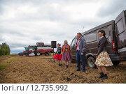 Купить «Выступление агитбригады на скошенном поле», эксклюзивное фото № 12735992, снято 20 августа 2015 г. (c) Иван Карпов / Фотобанк Лори