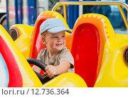 Купить «Мальчик за рулем игрушечного автомобиля», фото № 12736364, снято 8 сентября 2015 г. (c) Юлия Бабкина / Фотобанк Лори