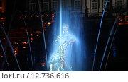 """Купить «Праздник фонтанов """"Рождённые словом"""". Вид на фонтан """"Самсон""""  с праздничной подсветкой», эксклюзивный видеоролик № 12736616, снято 11 сентября 2015 г. (c) Литвяк Игорь / Фотобанк Лори"""