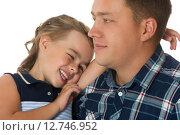 Купить «Девочка обнимает папу», фото № 12746952, снято 2 августа 2015 г. (c) Сергей Колесников / Фотобанк Лори
