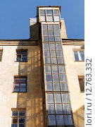 Купить «Пассажирский лифт на стене снаружи старого здания», фото № 12763332, снято 31 мая 2020 г. (c) Vladimir Sviridenko / Фотобанк Лори