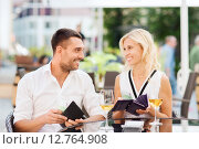 Купить «happy couple with wallet paying bill at restaurant», фото № 12764908, снято 15 июля 2015 г. (c) Syda Productions / Фотобанк Лори