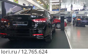 Купить «В салоне продаж новых автомобилей марки Hyundai Motors», видеоролик № 12765624, снято 12 сентября 2015 г. (c) Кекяляйнен Андрей / Фотобанк Лори