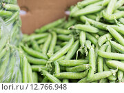 Купить «close up of green peas in box at street market», фото № 12766948, снято 27 июля 2015 г. (c) Syda Productions / Фотобанк Лори