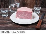 Кусок вареной колбасы на тарелке. Стоковое фото, фотограф Алёшина Оксана / Фотобанк Лори