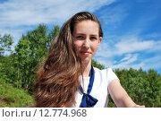 Купить «Портрет девушки на фоне зеленых деревьев и неба», фото № 12774968, снято 23 июня 2015 г. (c) Ирина Здаронок / Фотобанк Лори