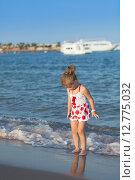 Купить «Маленькая девочка играет на песке», фото № 12775032, снято 21 сентября 2014 г. (c) Сосенушкин Дмитрий Александрович / Фотобанк Лори