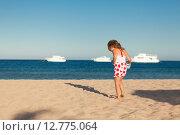 Купить «Маленькая девочка играет на песке», фото № 12775064, снято 21 сентября 2014 г. (c) Сосенушкин Дмитрий Александрович / Фотобанк Лори