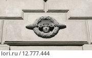 Купить «Женская голова в венке, элемент декора здания. Киевский вокзал», эксклюзивное фото № 12777444, снято 26 сентября 2015 г. (c) Щеголева Ольга / Фотобанк Лори