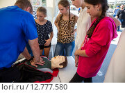 Купить «Медики службы скорой помощи города Москвы показывают приемы оказания первой помощи школьникам во время празднования Дня полиции в Лужниках», эксклюзивное фото № 12777580, снято 26 сентября 2015 г. (c) Николай Винокуров / Фотобанк Лори