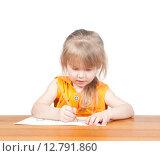 Купить «Маленькая девочка рисует домик», фото № 12791860, снято 5 апреля 2015 г. (c) Андрей Брусов / Фотобанк Лори