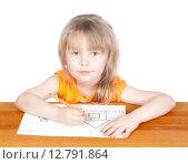 Купить «Маленькая девочка рисует домик», фото № 12791864, снято 5 апреля 2015 г. (c) Андрей Брусов / Фотобанк Лори