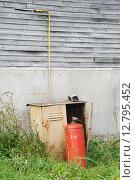 Купить «Подключенный газовый баллон у стены сельского дома», эксклюзивное фото № 12795452, снято 30 августа 2015 г. (c) Dmitry29 / Фотобанк Лори