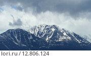 Купить «Заснеженные горные вершины в облаках», видеоролик № 12806124, снято 22 сентября 2015 г. (c) Михаил Коханчиков / Фотобанк Лори