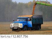 Купить «Льется пыльное зерно в кузов автомобиля ЗИЛ-130», фото № 12807756, снято 8 сентября 2015 г. (c) Анатолий Матвейчук / Фотобанк Лори