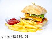 Бургер и картофель фри с томатным соусом. Стоковое фото, фотограф Скулков Павел Олегович / Фотобанк Лори