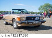 Mercedes-Benz SL-Klasse (R107) 1971 модельного года на слете ретроавтомобилей в Керимяки. Финляндия (2015 год). Редакционное фото, фотограф Виктор Карасев / Фотобанк Лори