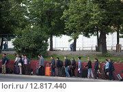 Москва, группа китайцев с чемоданами прибыла в город у Ленинградского вокзала (2015 год). Редакционное фото, фотограф Дмитрий Неумоин / Фотобанк Лори