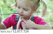 Купить «Девочка вытирается салфеткой после еды», видеоролик № 12817724, снято 5 октября 2015 г. (c) Потийко Сергей / Фотобанк Лори