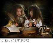 Купить «Две девочки играют в бабок ежек», фото № 12819672, снято 10 октября 2013 г. (c) Марина Володько / Фотобанк Лори