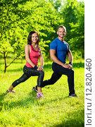 Молодая пара выполняет спортивные упражнения в парке. Стоковое фото, фотограф Александр Маркин / Фотобанк Лори