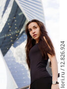 Девушка на фоне башен Москва-сити. Редакционное фото, фотограф Светлана Микитанская / Фотобанк Лори