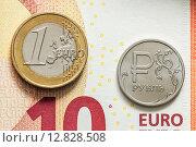 Монеты евро и рубль на банкноте 10 евро. Стоковое фото, фотограф Виктор Колдунов / Фотобанк Лори