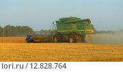 Купить «Зеленый зерноуборочный комбайн Джон Дир», эксклюзивное фото № 12828764, снято 8 сентября 2015 г. (c) Анатолий Матвейчук / Фотобанк Лори