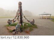Купить «Церемониальный полюс с лентами на дороге», фото № 12830960, снято 10 сентября 2015 г. (c) Альбина Типляшина / Фотобанк Лори