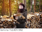Купить «Женщина складывает дрова в поленницу. Заготовка дров на зиму», фото № 12831592, снято 9 октября 2015 г. (c) Наталья Осипова / Фотобанк Лори