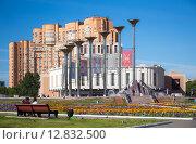 Купить «Люди гуляют и отдыхают на площади Славы в районе Кузьминки. Москва», фото № 12832500, снято 8 августа 2015 г. (c) Юрий Губин / Фотобанк Лори