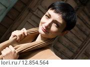 Купить «Девушка на фоне старинного деревянного здания», фото № 12854564, снято 8 сентября 2015 г. (c) Момотюк Сергей / Фотобанк Лори