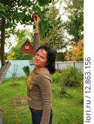Девушка срывает зрелое яблоко. Стоковое фото, фотограф Инесса Гаварс / Фотобанк Лори
