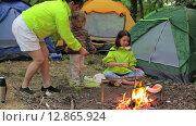 Купить «Семейный кемпинг в лесу, семья жарит зефир», видеоролик № 12865924, снято 16 августа 2015 г. (c) Tatiana Kravchenko / Фотобанк Лори