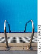 Лестница в бассейн с чистой водой. Фокус на бортике. Стоковое фото, фотограф Елена Уткина / Фотобанк Лори